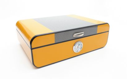 YELLOW LACQUERED HUMIDOR IN CARBON FIBER
